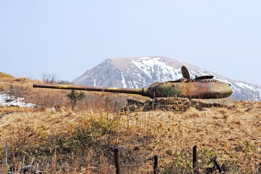 Башни от среднего советского танка Т-54/55 с длинноствольной 100-мм пушкой, установленные на бетонных казематах, на острове Шикотан Сахалинской области