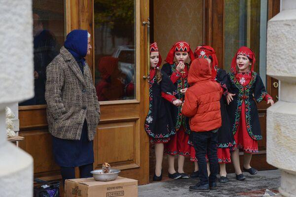 Девочки в национальных костюмах у входа в оперный театр в Кутаиси