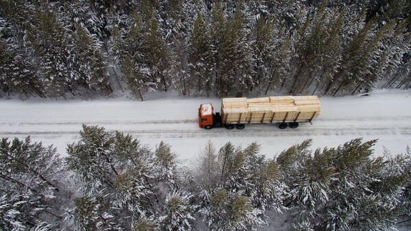 Лесовоз на лесной дороге в Богучанском районе Красноярского края