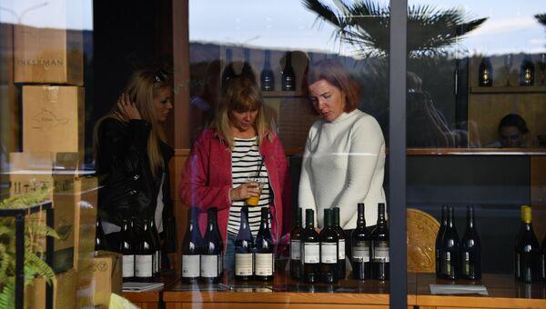 Посетители фестиваля «WineFest» в Балаклаве рассматривают бутылки с вином