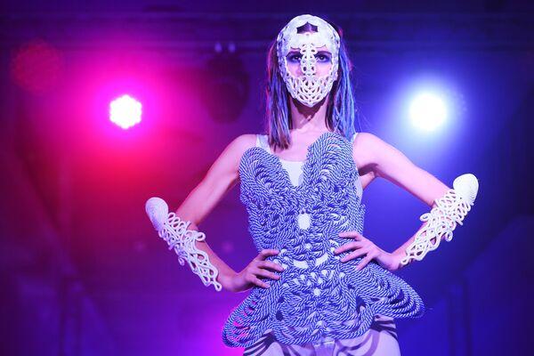 Модель демонстрирует одежду из новой коллекции дизайнера Кирилла Минцева