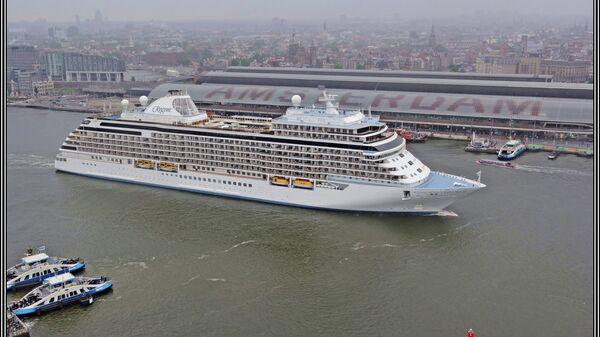 Круизный лайнер в Амстердаме. Архивное фото