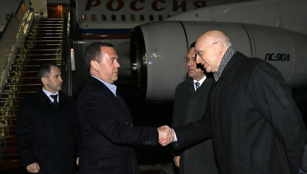 Председатель правительства РФ Дмитрий Медведев, прибывший в Минск для участия в заседании Евразийского межправительственного совета, во время встречи в аэропорту.   26 ноября 2018
