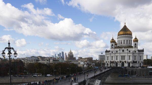Патриарший мост к храму Христа Спасителя в Москве