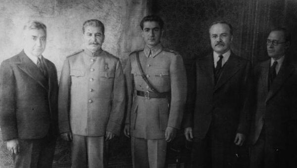 Мохаммад Реза Шах, Иосиф Сталин и Вячеслав Молотов на Тегеранской конференции