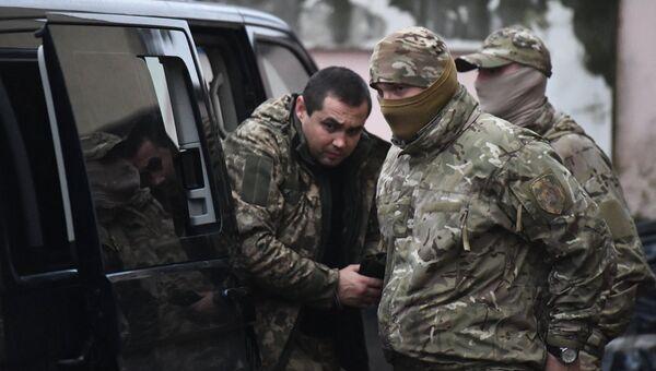 Один из задержанных моряков с корабля ВМС Украины у Киевского районного суда Симферополя. Архивное фото