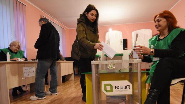 Местные жители голосуют на выборах президента Грузии на одном из избирательных участков в Тбилиси. 28 ноября 2018