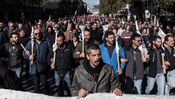 Участники митинга во время 24-часовой забастовки работников частного сектора на одной из улиц в Афинах. 28 ноября 2018
