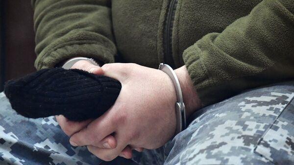 Наручники на руках одного из задержанных моряков в суде Симферополя. 28 ноября 2018