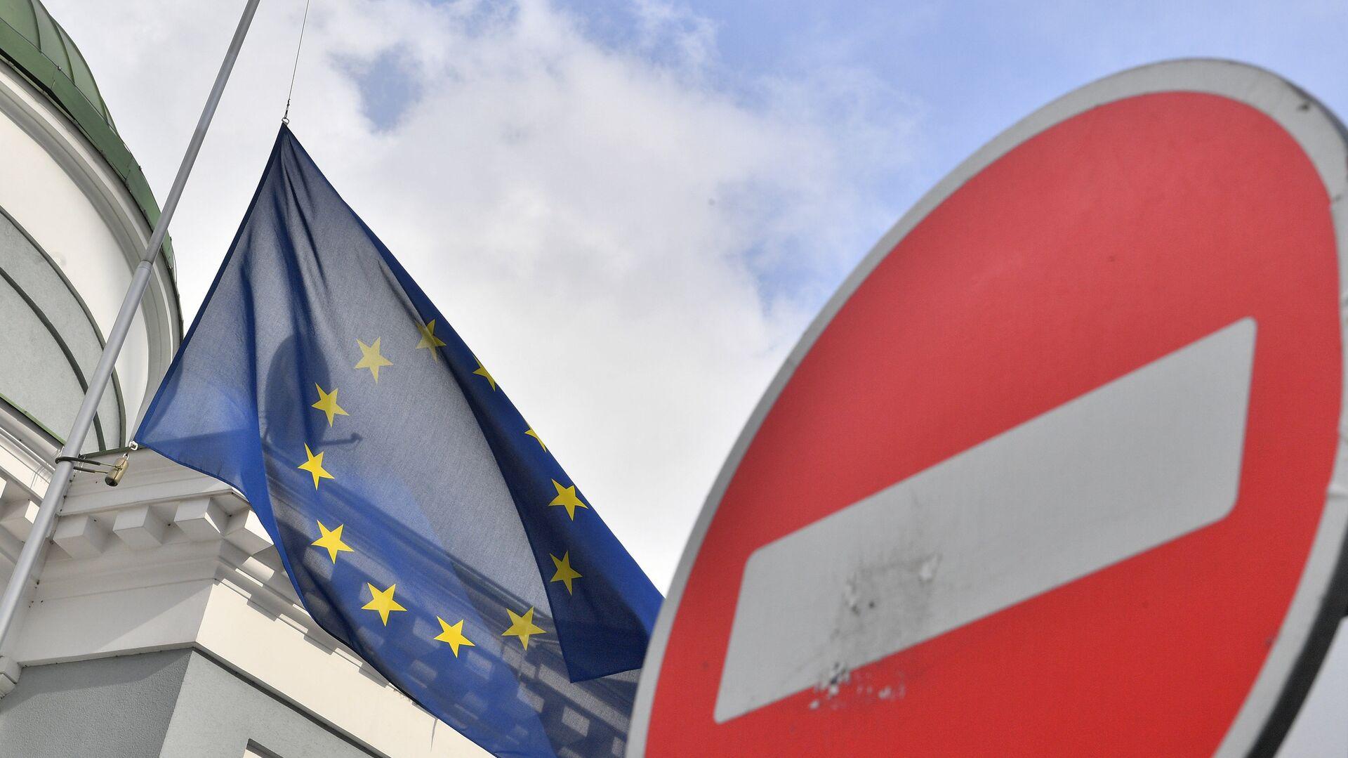 Флаг ЕС у здания представительства Европейского Союза в Москве - РИА Новости, 1920, 10.12.2020