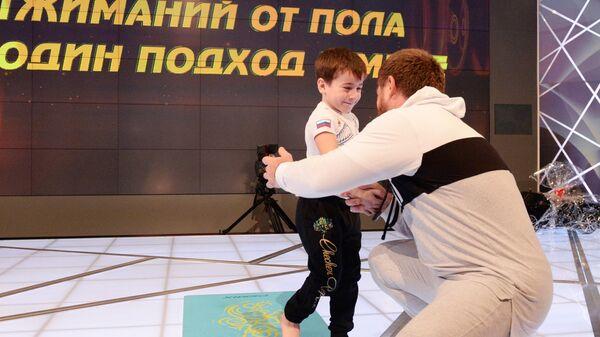 Глава Чеченской Республики Рамзан Кадыров и пятилетний Рахим Куриев, установивший мировой рекорд по количеству отжиманий от пола