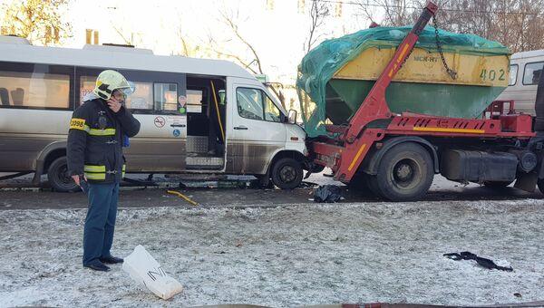 ДТП с участием автобуса Мерседес Спринтер и мусоровоза на улице 2-я Вольская в Москве. 29 ноября 2018