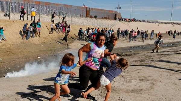 Мигранты возле границы между США и Мексикой