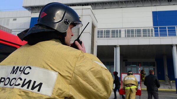 Сотрудники подразделений МЧС во время пожарно-тактических учений. Архивное фото
