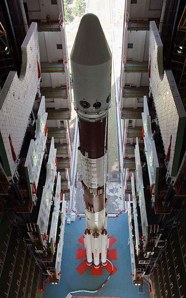 Индийская космическая ракета PSLV на стартовой площадке готова к запуску первой в стране лунной миссии Чандраян-1