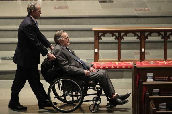 Бывшие президенты Джордж У. Буш и его отец Джордж Г. У. Буш на похоронах Барбары Буш  в Епископальной церкови Св. Мартина, Хьюстон, США. 21 апреля 2018