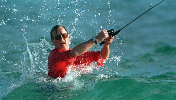 Президент США Джордж Герберт Уокер Буш во время рыбалки. 1988