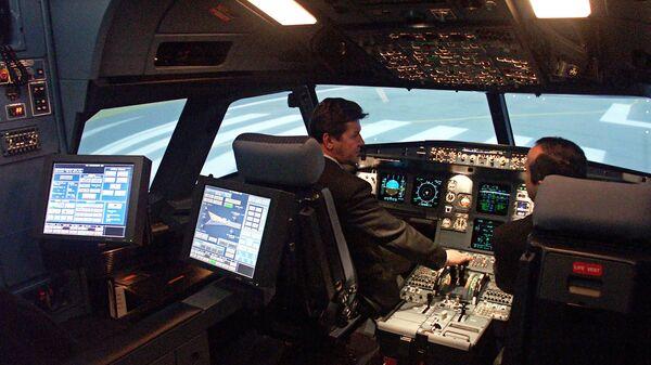 В кабине полнопилотажного тренажера самолета