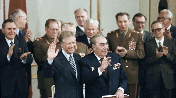 Генеральный секретарь ЦК КПСС Леонид Брежнев (справа на переднем плане) и Президент США Джимми Картер (слева на переднем плане) перед подписанием советско-американских документов об ограничении стратегических наступательных вооружений