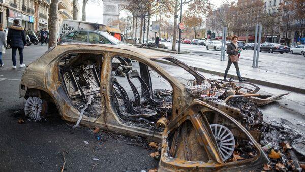 Сгоревший автомобиль в центре Парижа в ходе акции протеста желтых жилетов. Архивное фото