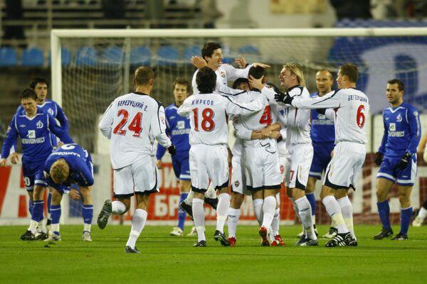 Игроки ЦСКА поздравляют Сергея Игнашевича (№4, в центре) с голом в ворота Динамо