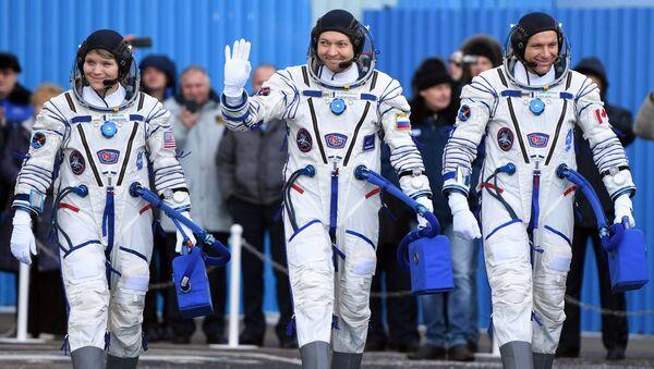 Члены основного экипажа МКС-58/59:  Энн МакКлейн, Олег Кононенко и Давид Сен-Жак перед стартом ракеты-носителя Союз-ФГ. 3 декабря 2018