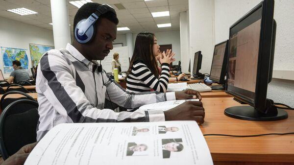 Студенты на уроке русского языка иностранцам в Российском университете дружбы народов