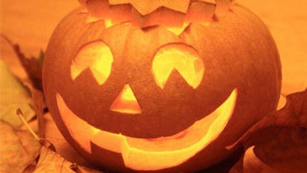 Один из основных атрибутов Хэллоуина, так называемый, Светильник Джека в виде головы из вырезанной тыквы с горящей свечой внутри, который, согласно поверьям, отпугивает темные силы.