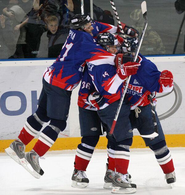 Хоккеисты Металлурга празднуют победу