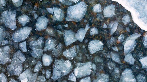 Льдины в озере