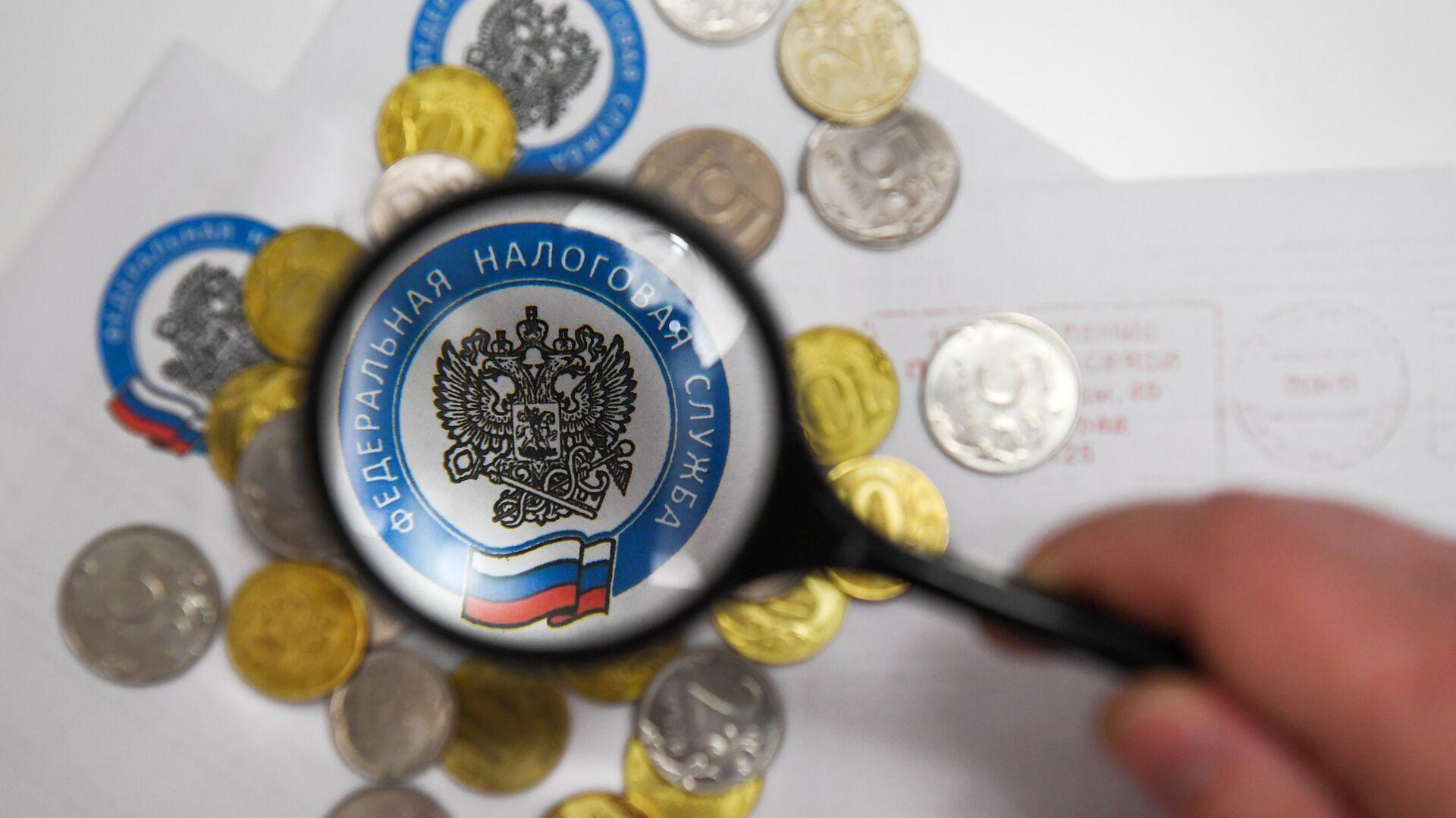 Монеты и конверты с логотипом ФНС РФ - РИА Новости, 1920, 02.09.2020