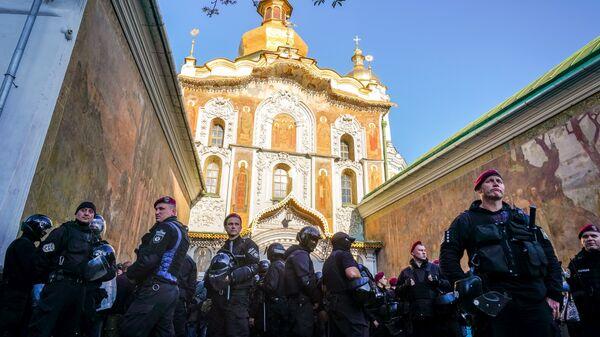 Сотрудники правоохранительных органов Украины перед центральным входом Киево-Печерской Лавры. Архивное фотоерской Лавры