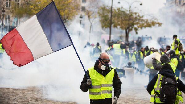 Участники протестной акции движения желтые жилеты в районе Триумфальной арки в Париже