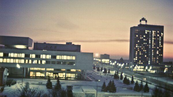 Город Ульяновск. Ленинский мемориальный комплекс (слева) и здание гостиницы Венец.