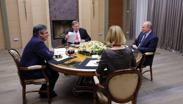Президент РФ Владимир Путин и бывший премьер-министр Франции Франсуа Фийон во время встречи. 5 декабря 2018