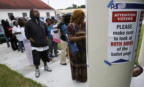 Очередь на избирательный учаток в школе Майами