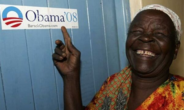 Жители деревни Когело на востоке Кении празднуют победу сенатора на выборах президента США
