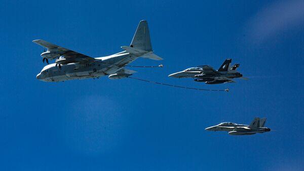 Американские истребители-бомбардировщики F/A-18 и самолет-заправщик КС-130
