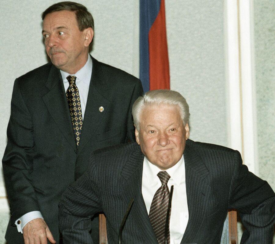 Президент Борис Ельцин и начальник Управления протокола президента России Владимир Шевченко. 13 октября 1998