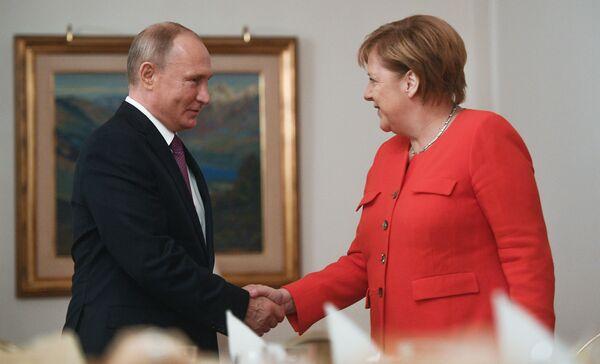 Президент РФ Владимир Путин и канцлер ФРГ Ангела Меркель во время встречи на полях саммита Группы двадцати в Буэнос-Айресе