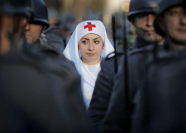 Члены исторических сообществ, одетые в старинную форму, принимают участие в военном параде в Бухаресте