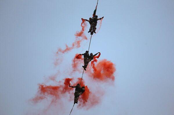 Солдаты Военно-морских сил Индии во время репетиции празднования Дня флота в Мумбаи