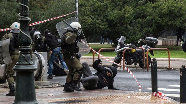 Сотрудники полиции и участники акции в Афинах, посвященной десятой годовщине убийства студента Алексиса Григоропулуса полицейским. 6 декабря 2018
