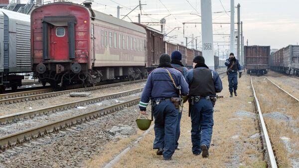 Полицейские на железнодорожных путях в Харькове