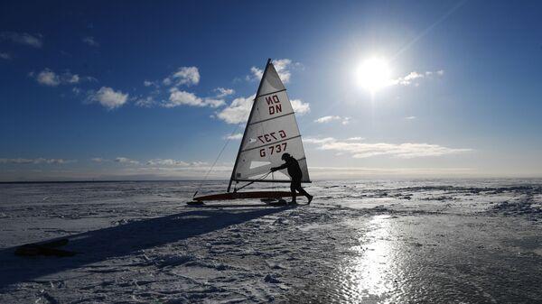 Участник соревнований по буерному спорту на Обском море в Новосибирске