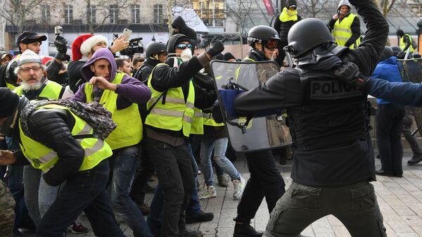 Полиция и участники акции протеста движения желтых жилетов в Париже. 8 декабря 2018