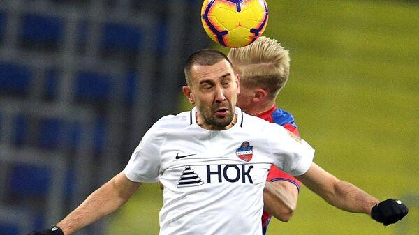 Футболист Енисея Александр Кутьин (на первом плане)