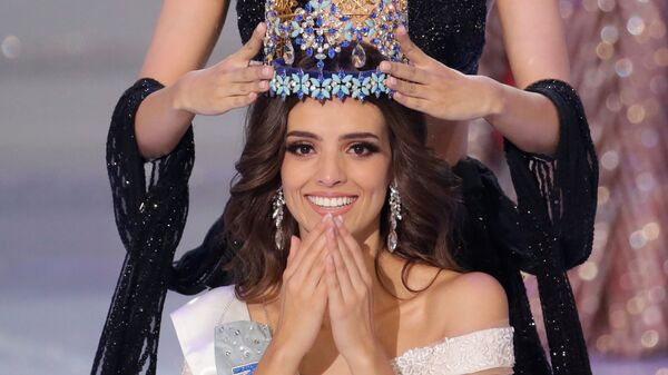 Мисс мира Ванесса Понс де Леон из Мексики на сцене конкурса в городе Санья, Китай