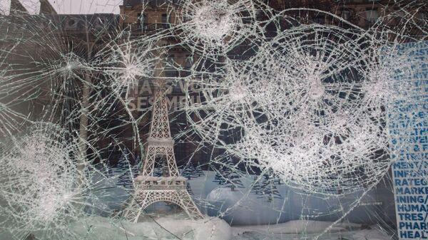 Разбитая витрина магазина на одной из улиц в Париже
