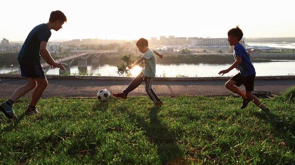 Дети играют с мячом на набережной в Нижнем Новгороде в дни проведения чемпионата мира по футболу 2018